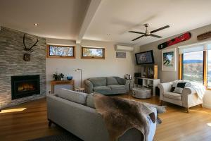 Snowy Mountains Townhouse Lounge